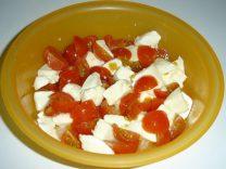 салат из черри и моцареллы
